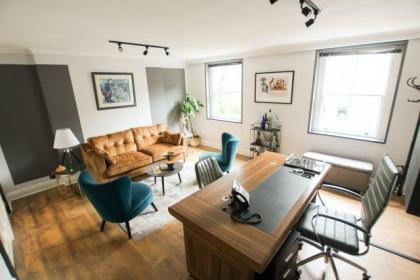 Biurka i krzesła do biura, czyli jak urządzić komfortowe biuro