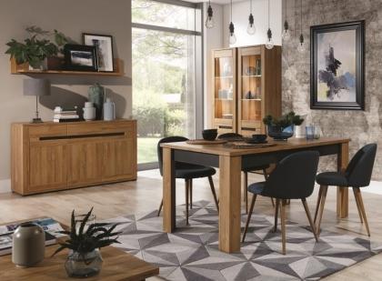 Połączenie drewna i grafitu w salonie